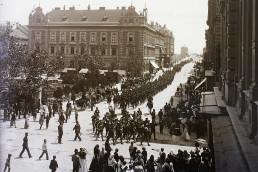 1904. Szeged, Széchenyi tér. Szemben a Postapalota és a Híd utca, távolban a Belvárosi híd vámházai látszanak.
