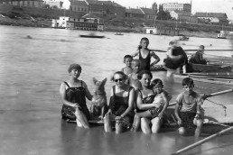 1926. Szeged partfürdő. Háttérben a Felső-Tiszapart a Pick szalámigyárral.