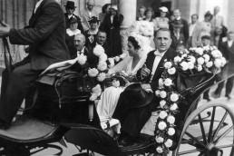 1937. Szeged, Dóm tér, esküvői hintó a Fogadalmi templom főbejáratánál.
