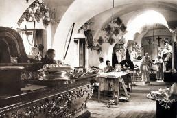 1938. Szeged. Ferences rendi szerzetesek a szegedi ferences templom oltárának és templomdíszeinek aranyozását végzik a műhelyben.