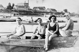 1938. Szeged partfürdő. Háttérben a Felső-Tiszapart, a PICK szalámigyárral.