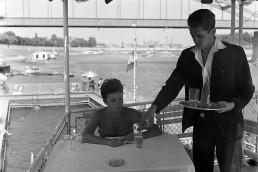 1966. Szeged, Szőke Tisza I. hajószálló és úszóháza a Korányi rakpartnál a Tiszán, háttérben a Belvárosi híd.