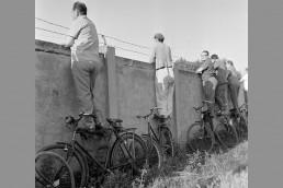 1966. Szeged, Felső-Tiszapart, Szurkolók a SZEOL pálya kerítésénél.