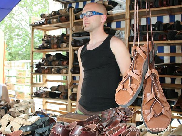 Szandál és saru: kézzel varrt bőrcipők – Szeged Ma – tények