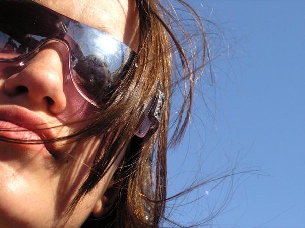 napszemüveges lány2