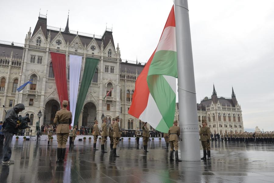 Augusztus 20. - Tisztavatás és zászlófelvonás a Kossuth té