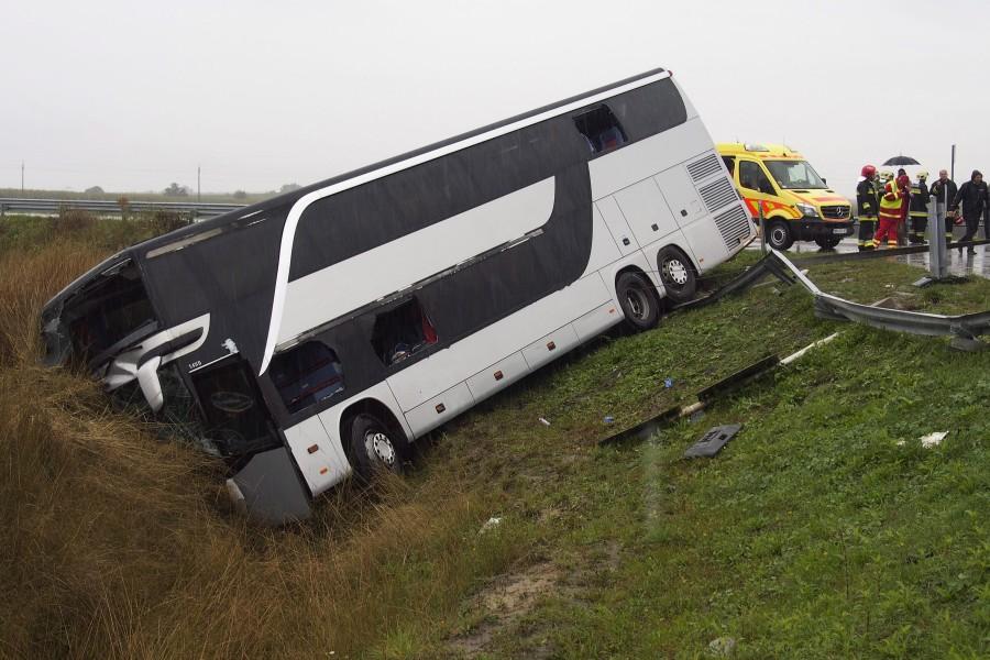 Oldalára borult egy busz az M43-as autópálya földeáki lehaj