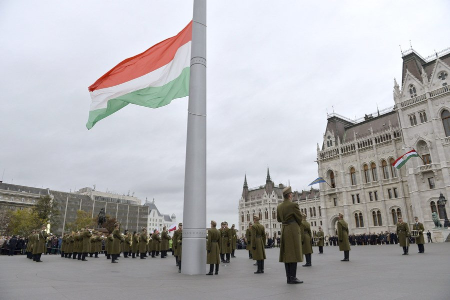 Október 23. - Ünnepélyes zászlófelvonás a Kossuth téren