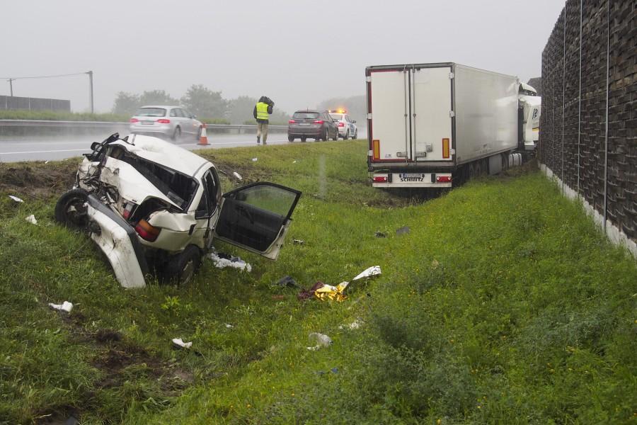 Személyautót lökött árokba egy kamion az M5-ösön