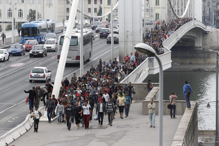 Illegális bevándorlás - Ismét gyalog indultak útnak a mene