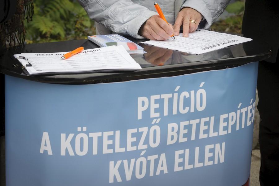 Aláírásgyûjtés a kötelezõ betelepítési kvóta ellen Deb