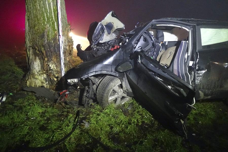 Fának ütközött egy autó, a vezetõje meghalt Kiskunmajsa k?