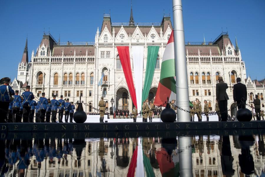 Augusztus 20. - Zászlófelvonás a Kossuth téren