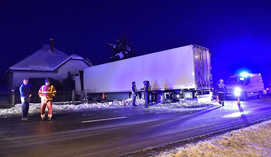 Családi házba hajtott egy lengyel kamion Aszaló belterületé