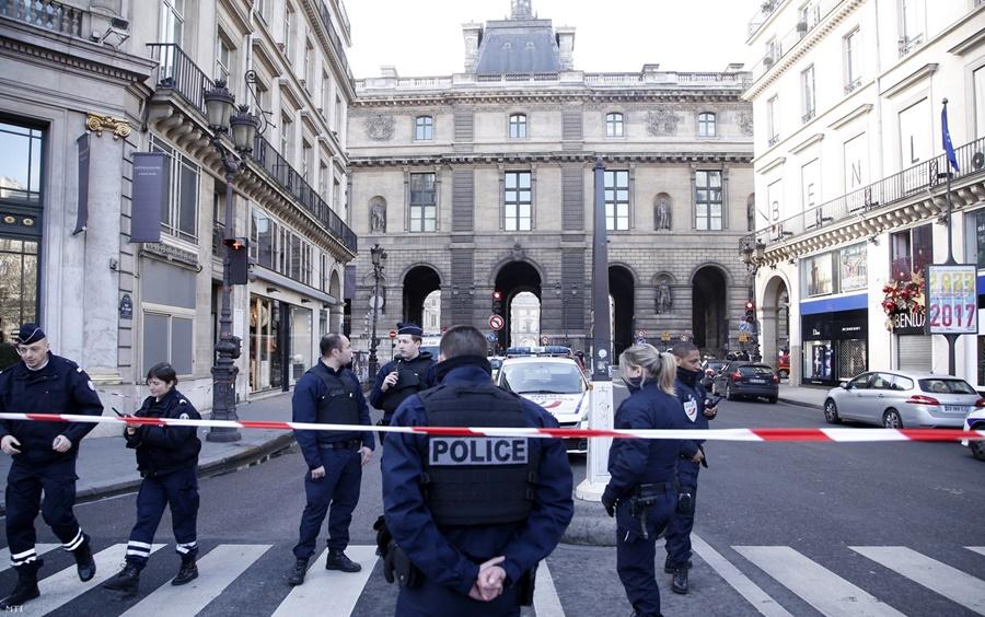Louvre_lovoldozes_mti