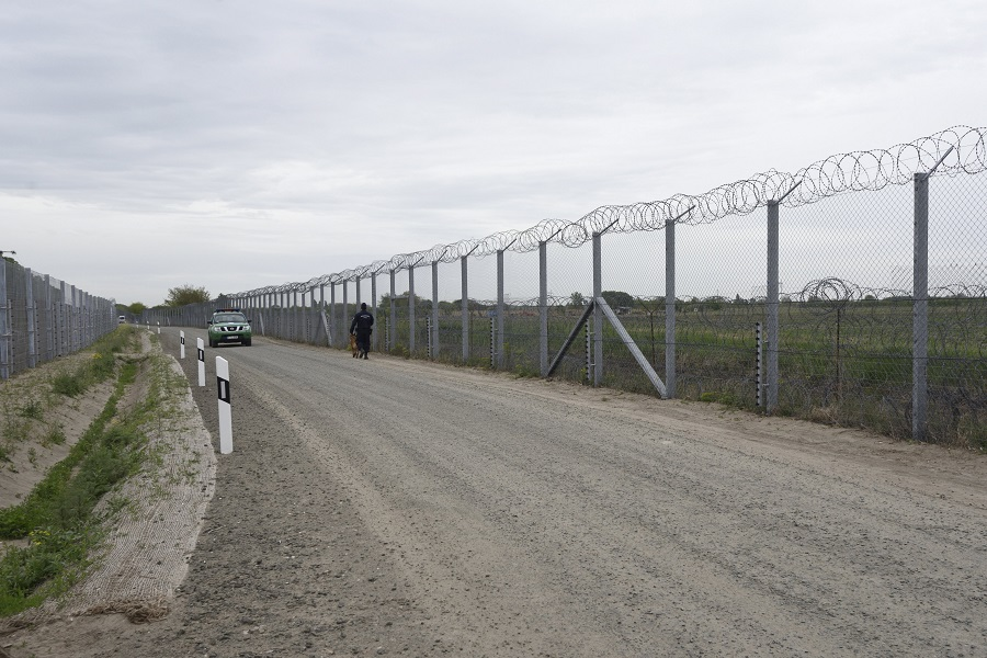 Illegális bevándorlás - Elkészült a második sor kerítés