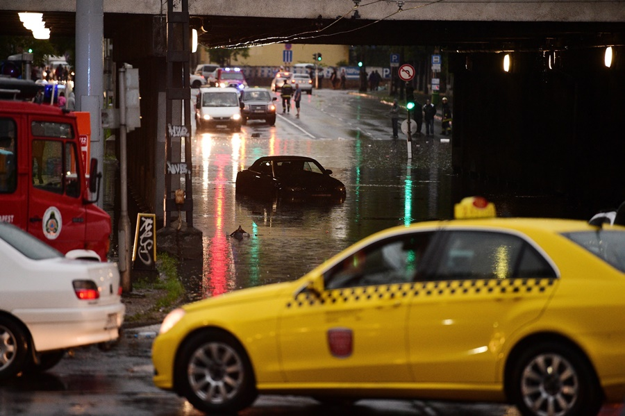 Vihar – Elöntötte a víz a Vágány utcai vasúti felüljár