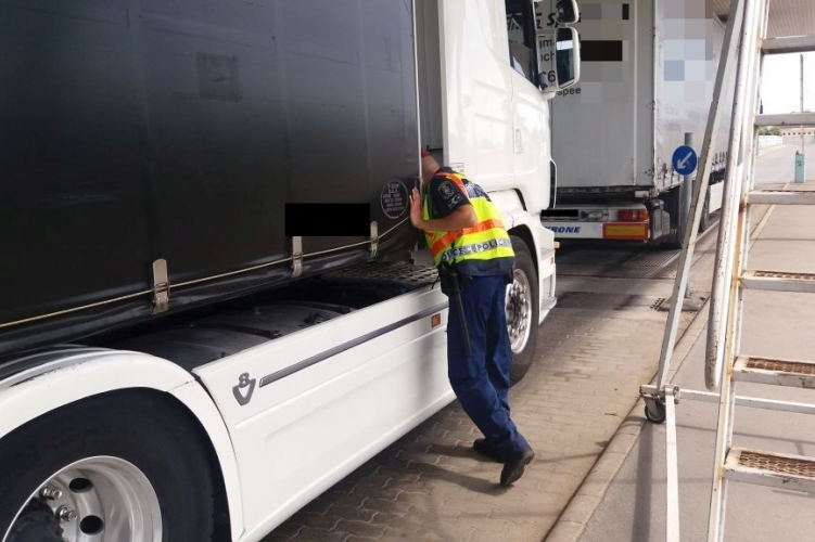illegalis_bevandorlas_kamion_roszke
