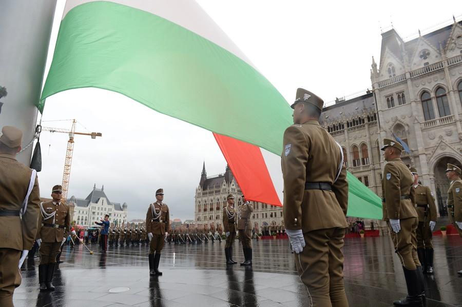Augusztus 20. - Zászlófelvonás és tisztavatás a Kossuth té