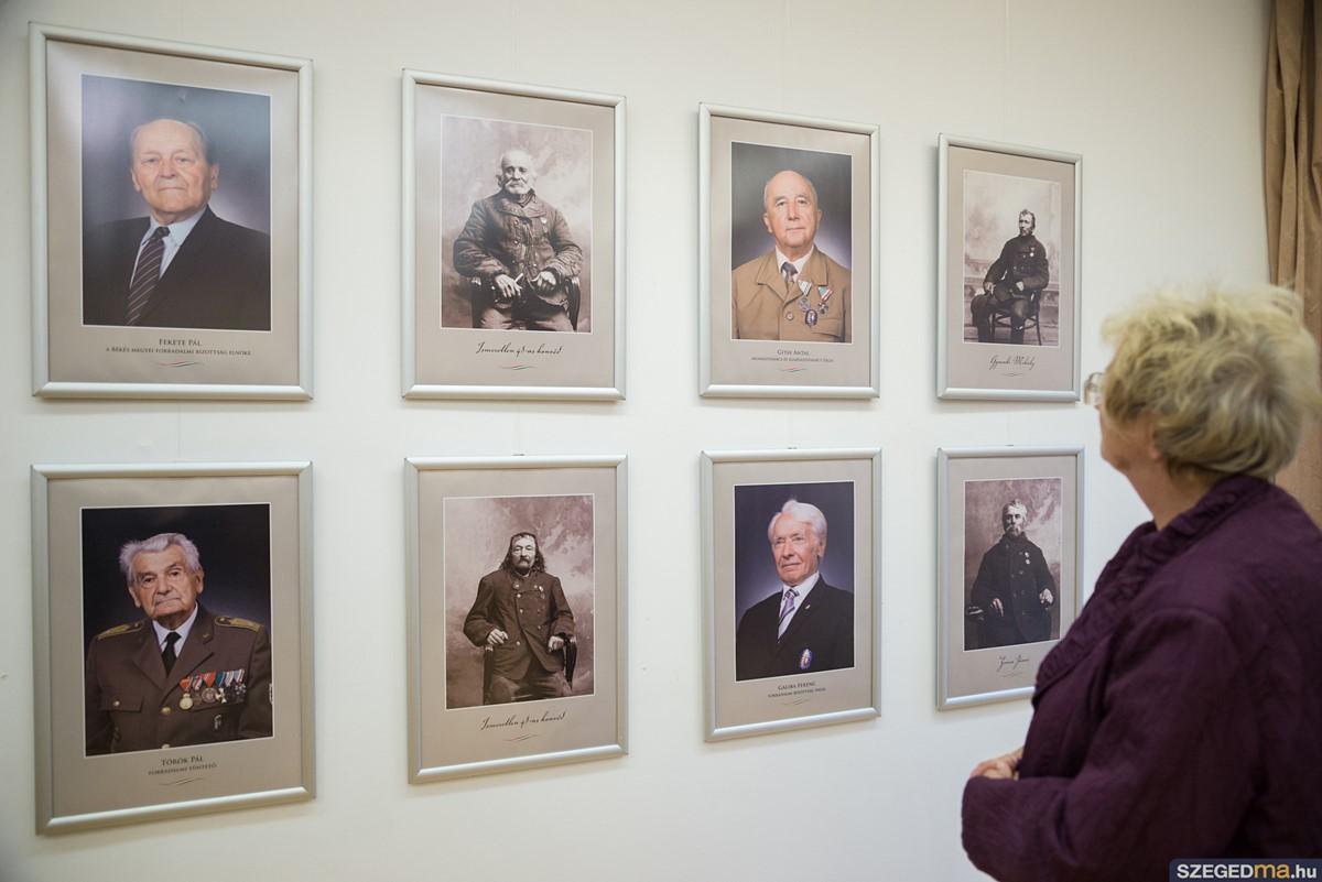 Párhuzamos portrékiállítás a szabadság hőseiről